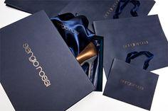 La nouvelle ligne de packaging de Sergio Rossi est fabriquée en papier recyclé, certifié FSC (Forest Stewardship Council) et habillée de la signature dorée de la marque. La certification FSC garantit que pour chaque arbre consommé, un nouvel arbre est planté.  Ainsi, la précédente version imprimée sur papier couché beige fait-elle place à un élégant papier bleu nuit, dont les encres nécessitent moins de produits chimiques.