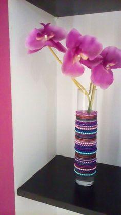 Jarra decorada com pulseiras de missangas
