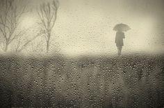 Estados de Desánimo   Cesar Blay. La concepción de Cesar Blay en la fotografía es interpretado por un personaje de aspecto fantasmal en un entorno solitario, que observa con un paraguas que conceptualiza el mal tiempo en una época turbia en la que ser humano se asemeja a ser un número en una escala gráfica. Gracias a la recopilación de Doll Ida, lo podéis ver siguiendo el enlace, os gustará!!  http://www.nuncalosabre.com/2015/04/estados-de-desanimo-cesar-blay.html