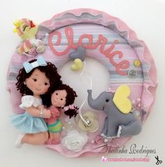Guirlanda irmãs (feltro) Exclusiva by Sheilinha Rodrigues Felt Wreath, Felt Garland, Felt Ornaments, Baby Mobile Felt, Felt Baby, Felt Crafts, Diy And Crafts, Felt Name Banner, Bear Felt