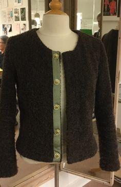 Fin lille trøje syet i uldboucle #ITA textiles# mønster Homemade #Stof 2000# forkanter grosgrainbånd med flotte tryklåse fra #Handler#