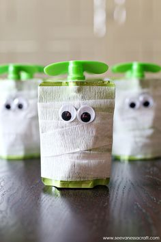 Mummy Apple Sauce Snack Idea Halloween Mummy Applesauce School Snack Idea: great for preschool or elementary snack time!Halloween Mummy Applesauce School Snack Idea: great for preschool or elementary snack time! Halloween Party Snacks, Dulceros Halloween, Halloween Goodies, Holidays Halloween, Halloween Treats For School, Class Halloween Party Ideas, Healthy Halloween Snacks, Holloween Treats For Kids, Halloween With Toddlers