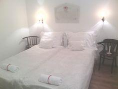 A vendégek hálószobája romantikusra hangolva- itt kedvemre fehér lett-majdnem-minden.