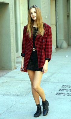 look com vestido de renda e casaco xadrez