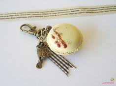 porte clef macaron vanille fimo PCG44 bijou de sac gourmand : Porte clés par lutinette40