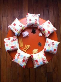 coussins tactiles à remplir avec différents matériaux Montessori Science, Maria Montessori, Sensory Bins, Sensory Play, Infant Activities, Activities For Kids, Baby Toys, Kids Toys, Sorting Games