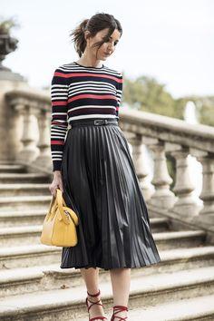 Lovely Pepa: saia plissada, blusa listrada e sandalias