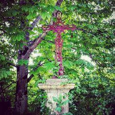 Dans la solitude de #Montgradail #croix en #ferforgé semi-cachée dans la végétation luxuriante. #aude #razès #audetourisme #jaimelaude #cross #metalwork #jardinsecret #secretgarden
