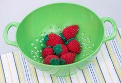 """De fristende, hæklede jordbær kan bruges i legekøkkenet eller pynt - fra bogen """"Hæklet frugt og grønt"""""""