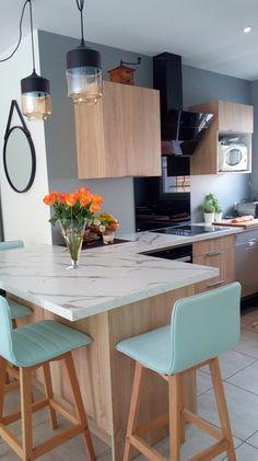 Crédence fond de hotte verre teinté noir brillant Kitchen Layout, Home And Living, Home Kitchens, Sweet Home, House Design, Interior Design, House Styles, Cannes, Room