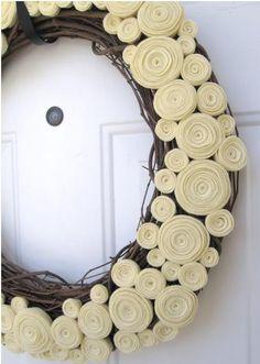 Felt flower wreath... Q tal con florecitas de crochet?... Multicolores?...
