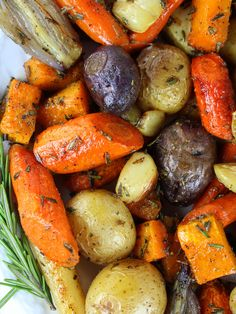 Super easy roasted fall vegetables with rosemary! The perfect veggie side for wi… Super easy roasted fall vegetables with rosemary! The perfect veggie side for winter time cooking! With Parsnips, Carrots, Onions, & Potatoes. Carrots In Oven, Roasted Veggies In Oven, Roasted Winter Vegetables, Roasted Potatoes And Carrots, Roasted Onions, Grilled Vegetables, Parsnip Recipes, Carrot Recipes, Vegetable Recipes