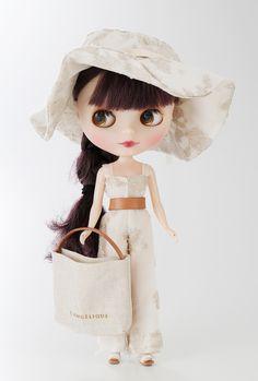 """<ランジェリーク/婦人服> 麻糸で編まれたリバーレースを使用し、""""ブライスが花市場へ散歩に行く""""そんなイメージでスタイリングをしました。リラックス感のある装いで太陽の光を浴び、花々が輝く中をのんびり楽しむ、そんな日常のファッションです。"""