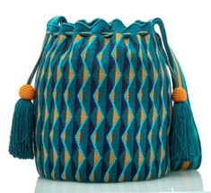 Exclusive SUSU Accessories collection Cross-body BUCKET Bags, handknitted by the most talented artisans of the Wayuu ethnicity in Colombia. Hand Knitting, Knitting Patterns, Crochet Patterns, Finger Knitting, Scarf Patterns, Knitting Tutorials, Tapestry Bag, Tapestry Crochet, Mochila Crochet