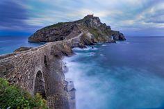 Gaztelugatxe è una splendida isoletta ubicata nel golfo della Biscaglia, a nord dei Paesi Baschi: ospita un suggestivo eremo risalente al X secolo immerso..
