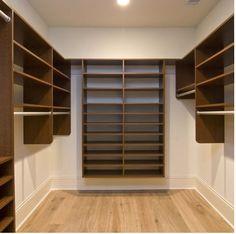 Veja como planejar um closet funcional e organizar as peças por ordem de…