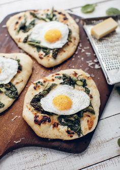 Pizza déjeuner au gruyère, aux asperges & aux œufs miroir
