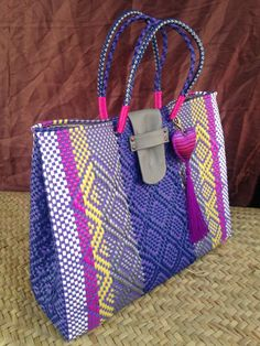 Bolsa artesanal- hecho en México Jute Bags, Basket Bag, Tapestry Crochet, Weaving Patterns, Small Crossbody Bag, Bead Weaving, Plastic Canvas, Purses And Bags, Handbags