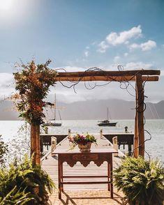 Um bom lugar para casar: altar com vista para o mar de Ilhabela. #casamento #wedding #beachwedding #casamentonapraia #greenwedding #casamentoaoarlivre #ilhabela Altar, Outside Wedding, Wedding On The Beach, Couple, Places