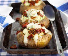 Rezept: Ofenkartoffel mit Käse und Tomaten gefüllt