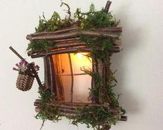 Fee-Fenster mit Satteldach Tannenzapfen Akzent Dachgaube / zarte Licht funkeln ~ Handarbeit Olive Fairy Zubehör, Fairy Haus, Fee Tür