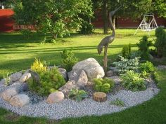 steingarten-gestalten-beispiel-grauer-kies-funkien-wacholder-metall-statue