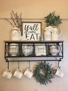 shabby chic kitchen designs – Shabby Chic Home Interiors Farmhouse Kitchen Decor, Farmhouse Chic, Country Kitchen, Cafe Kitchen Decor, Kitchen Display, Display Wall, Farmhouse Ideas, Kitchen Interior, Kitchen Storage