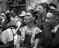 Frida frente a la inauguración de los murales realizados por sus alumnos en la pulquería la Rosita.