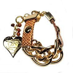 Pulseira feminina em metal dourado com verniz duplo e couro ecológico na cor caramelo. Acabamento do fecho: coração em metal dourado com miçangas na cor marrom. R$131,60.
