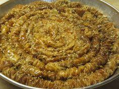 Υλικά 1 πακέτο κρούστα..(εγώ έβαλα Βηρυτού) 150γρ καρύδια ωμά 150γρ αμύγδαλα ωμά 250 γρ βούτυρο Lurpak 1 κουτ του γλυκού κανέλα 1/2 κουτ του γλυκού γαρίφαλο φιστίκι Αίγινης για το πασπάλισμα Greek Desserts, Greek Recipes, Confectionery, Cake Cookies, Sweet Tooth, Deserts, Food And Drink, Pie, Sweets