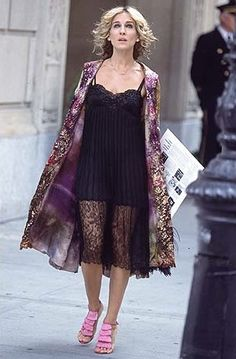 Nothing like a good Carrie outfit! Carrie Bradshaw's 60 Most Memorable Outfits: Today marks the anniversary of the series finale of Sex and the City (can you believe it's been that long? Carrie Bradshaw Outfits, Carrie Bradshaw Style, Sarah Jessica Parker, City Style, Her Style, Look Fashion, Womens Fashion, Fashion Trends, City Fashion