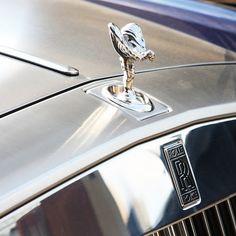 ロールスロイスは、スイスで開催されているジュネーブモーターショー合わせ、日本の着物のデザインを取り入れた特注仕様の「ロールスロイス・ファントム」を発表しました。ワンオフモデルとなるこのモデルは、最高級のシルクを使用した仕様となっており、江戸時代の着物をモチーフにしたというエレガントな内外装が実現されています。 Rolls Royce Logo, Hood Ornaments, Geek, Geeks