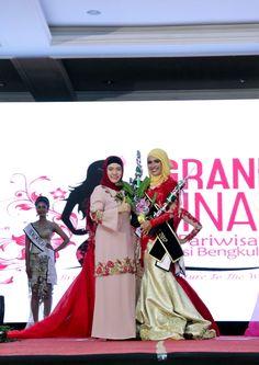 Ibu Plt. Gub. bersama Putri Intelegensia, Sally Nurhabibi yang juga Runner Up 2 Putri Pariwisata Provinsi Bengkulu