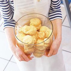 いつもある材料で気軽に作れる、ヨーグルトを使ったスコーン。 Sweets Recipes, Snack Recipes, Cooking Recipes, Snacks, Desserts, Scones, Baked Goods, Biscuits, Muffins