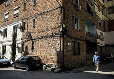 Arnavutluk'un tarihe tanıklık eden binaları... Enver Hoca döneminde, olası hava saldırılarını önlemek amacı ile dış cepheleri boyanmayan binalara Arnavutluk'un Tiran şehrinde hala rastlanıyor. Sürekli dış müdahale endişesiyle yasayan ülkede binalar olası hava saldırısında pilotların yerleşim yerlerini saptayamamaları için doğal kiremit ve toprak renginde bırakılarak, şehirler kamufle edildi.