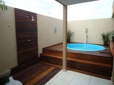 deck de madeira com piscina redonda