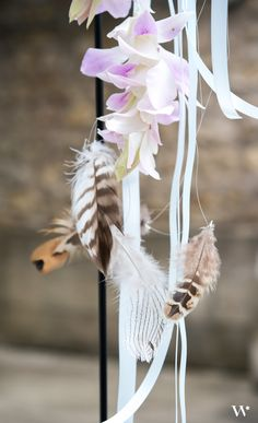 We absolutely love feathers! Don't they add the perfect bohemian touch? Especially when you create garlands like this and hang them at your wedding ceremony! <3