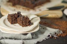Chocolate cake with sweet potatoes Toto je obmena známeho koláča brownies, vylepšená o sušené slivky a uvarené sladké zemiaky. Dve kombinácie, ktoré ku čokoláde pasujú :-)