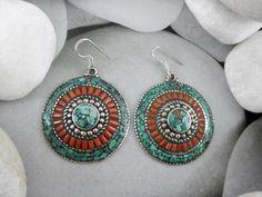 Pendientes artesanales tibetanos hechos de turquesas, corales y aleacion de plata.  Miden 4 cm. de diametro.  Precio: 33 Euros