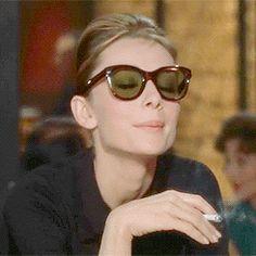 Audrey Hepburn Brasil — Audrey como Holly Golightly em Breakfast at. George Peppard, Hollywood Glamour, Classic Hollywood, Audrey Hepburn Sunglasses, Divas, Holly Golightly, Smoking Ladies, Roman Holiday, My Fair Lady