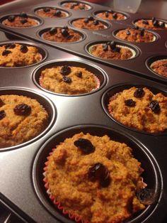 Wortelmuffins als ontbijt of snack | Voor 18st. Verhoudingen ca. 500gr wortel - 2 bananen - 4 eieren - 2el kaneel - 2tl bakpoeder - 6el agavesiroop - 400gr amandelmeel - 9el havermout. Evt extra cranberry's of pecannoten oid. Meel+zoetmakende siroop naar keuze. | Oven voorverwarmen 180gr - wortels fijnmalen/raspen - bananen prakken - alle ingrediënten in mengkom oid en goed mengen - besmeer muffin bakvorm licht met olie - beslag verdelen in holtes - ca 30min in oven | SMULLEN!