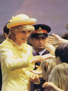 1983-06-17 Diana greets people at Rothesay Collegiate School in Saint John, New Brunswick