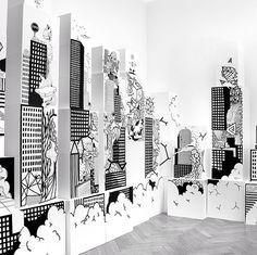 live-Messe-Stand-Bemalung:  Auf verschieden große, gestapelte Holzquader wurde mit Markern eine fiktive Stadtlandschaft gemalt.  #oldyellow #artistcollective for #maybelline #productrelease #illustrationberlin #munich
