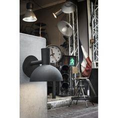 Kinkiet Arki Wall Out o nowoczesnym wzornictwie sprawdzający się na tarasie, werandzie i elewacji budynku.  http://blowupdesign.pl/pl/38-lampy-ogrodowe-zewnetrzne-tarasowe-patio #lamp #outdoorlamp #modernlamp #lighting #lightingstore #modernlighting #sconces