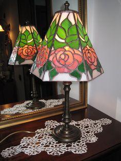Lampada con le rose tutto vetro opalescente nei tre colori, saldatura color rame.  Lampada accesa.