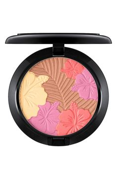 A combination of pearlized and satin shades features a rich texture and gives skin a velvety finish. It can be used as a blush and highlighter and is also suitable for use around the eye area.