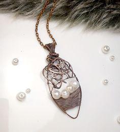 Fotogaléria šperkov, drôtený, tepaný a patinovaný medený šperk, drôtikovaný prívesok s minerálom, šperky s kameňom, riečna perla.