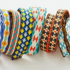 A small hand-woven weave pattern cute bracelet of the meeting you can do with card Inkle Weaving, Inkle Loom, Card Weaving, Tablet Weaving, Finger Weaving, Lacemaking, Cute Bracelets, Weaving Patterns, Loom Knitting