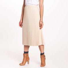 Jupe plissée matiére synthétique femme 3 Suisses Collection. Toujours aussi chic, la jupe plissée 3 Suisses Collection fait son retour et se décline dans un faux cuir résolument féminin que l'on combine avec une blouse et des escarpins pour plus de féminité.