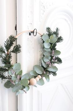 Tuto To Make A Christmas Wreath Made Of Fir And Eucalyptus , Christmas Wreaths To Make, Christmas Mood, Noel Christmas, Green Christmas, How To Make Wreaths, All Things Christmas, Christmas Crafts, Natal Diy, Deco Table Noel